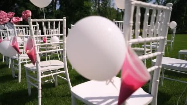Svatební obřad v otevřené krajině, v létě, teplé počasí, Chiavari židle