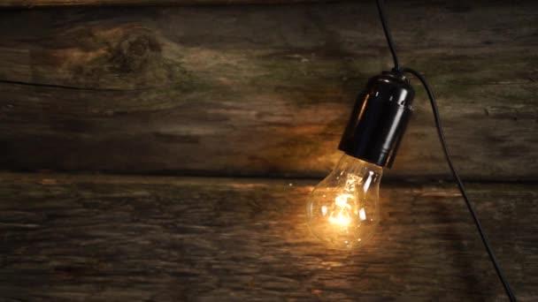 Žárovka na dřevěné pozadí