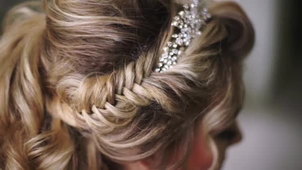 Krásná mladá nevěsta. Elegantní žena snoubenka s svatební účes, make-up událostí a šperky