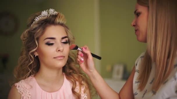 Nevěsta se mu tváře. Profesionální make-up pro ženy s kůží zdravou mladou tvář
