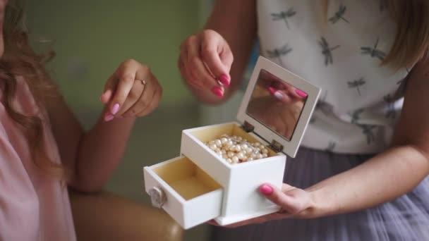 Nevěsta s vizážista zvolí krásné ozdoby z rakve. Profesionální make-up pro ženy s kůží zdravou mladou tvář