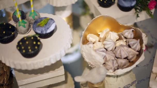 Roztomilý tyčinku s různými cukroví a dorty-4
