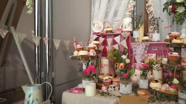 Bílé sladkosti na zlaceném papíře o svatební bonbóny