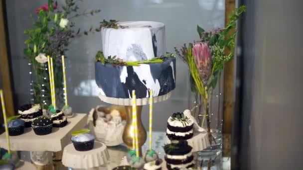 Roztomilý tyčinku s různými cukroví a dorty-6