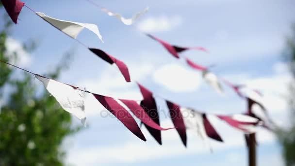 Háromszög zászlók lenget a szél-2