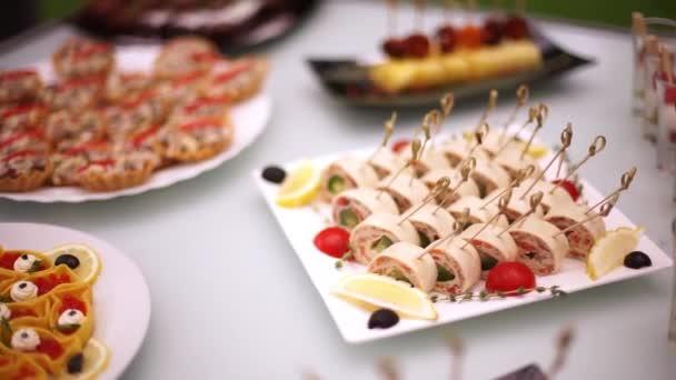 Pochoutky, předkrmy, dezerty na hostině. Bufet, cateringové služby. Hotelová restaurace-4