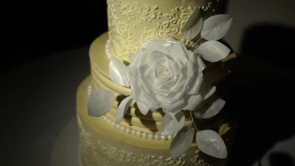 Svatební dort s bílou růží