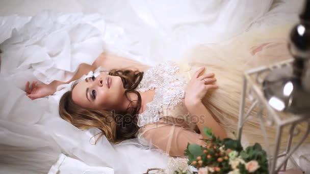 Krásná nevěsta je obklopeno svatební šaty