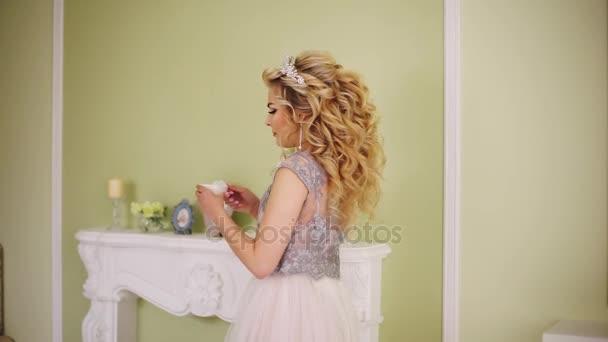 Nevěsta má šálek kávy z římsy a bere sip