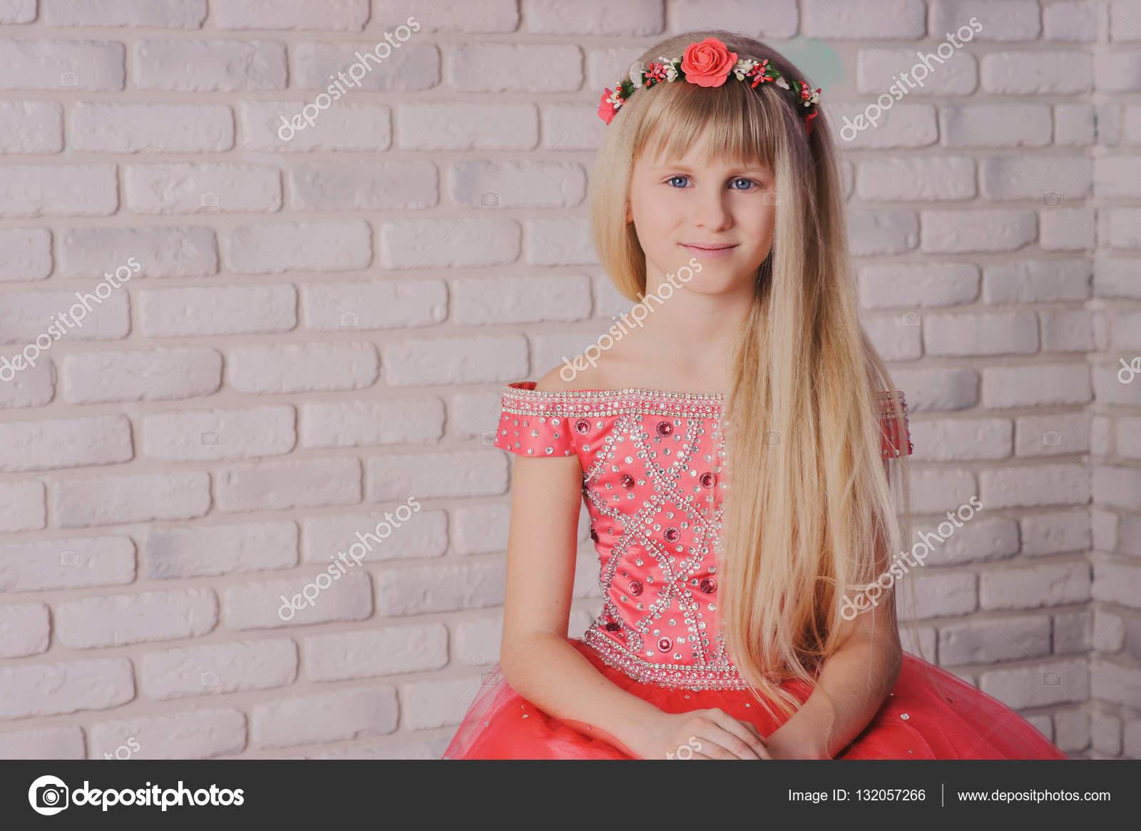 belleza, moda y gente feliz concepto - mujer joven en vestido ...