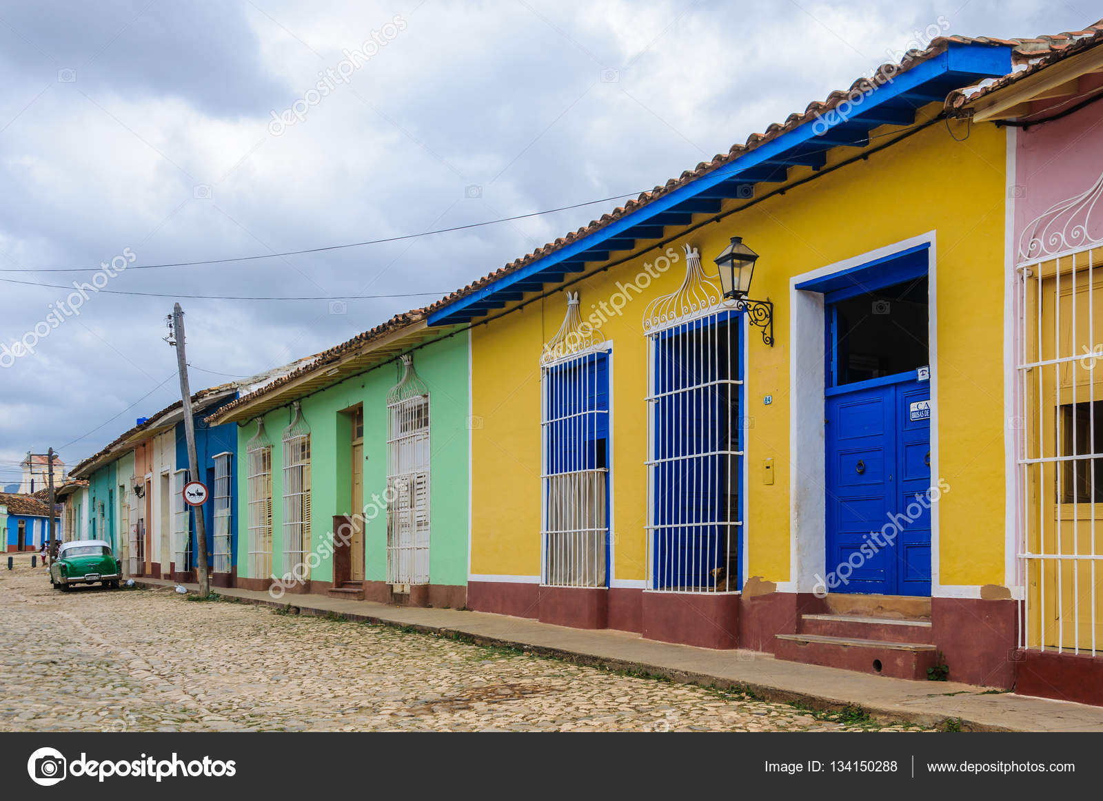 Gelbes Haus mit blauen Türen und Fenstern in Trinidad, Kuba ...