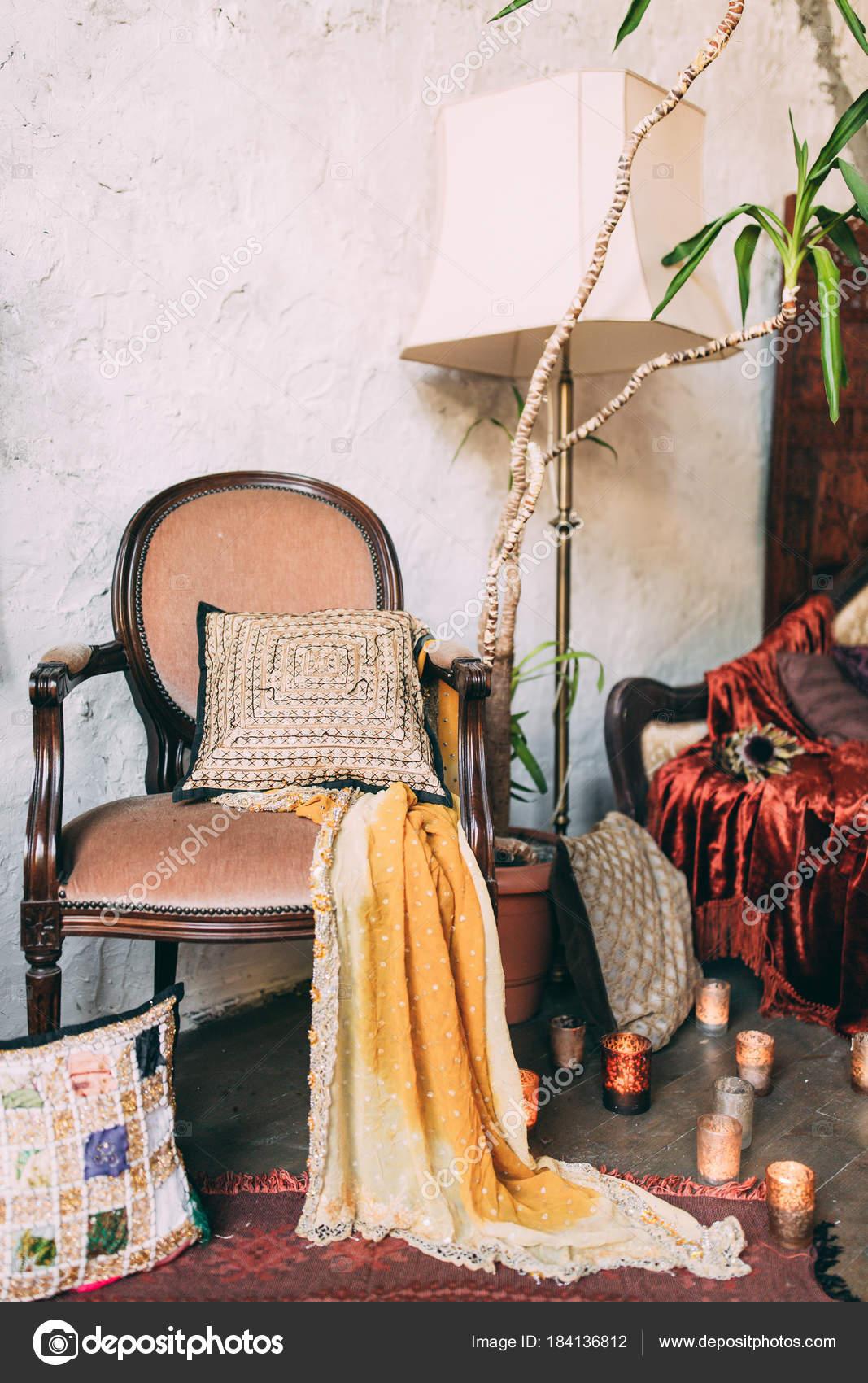 vaas plant stoel slaapkamer interieur stockfoto
