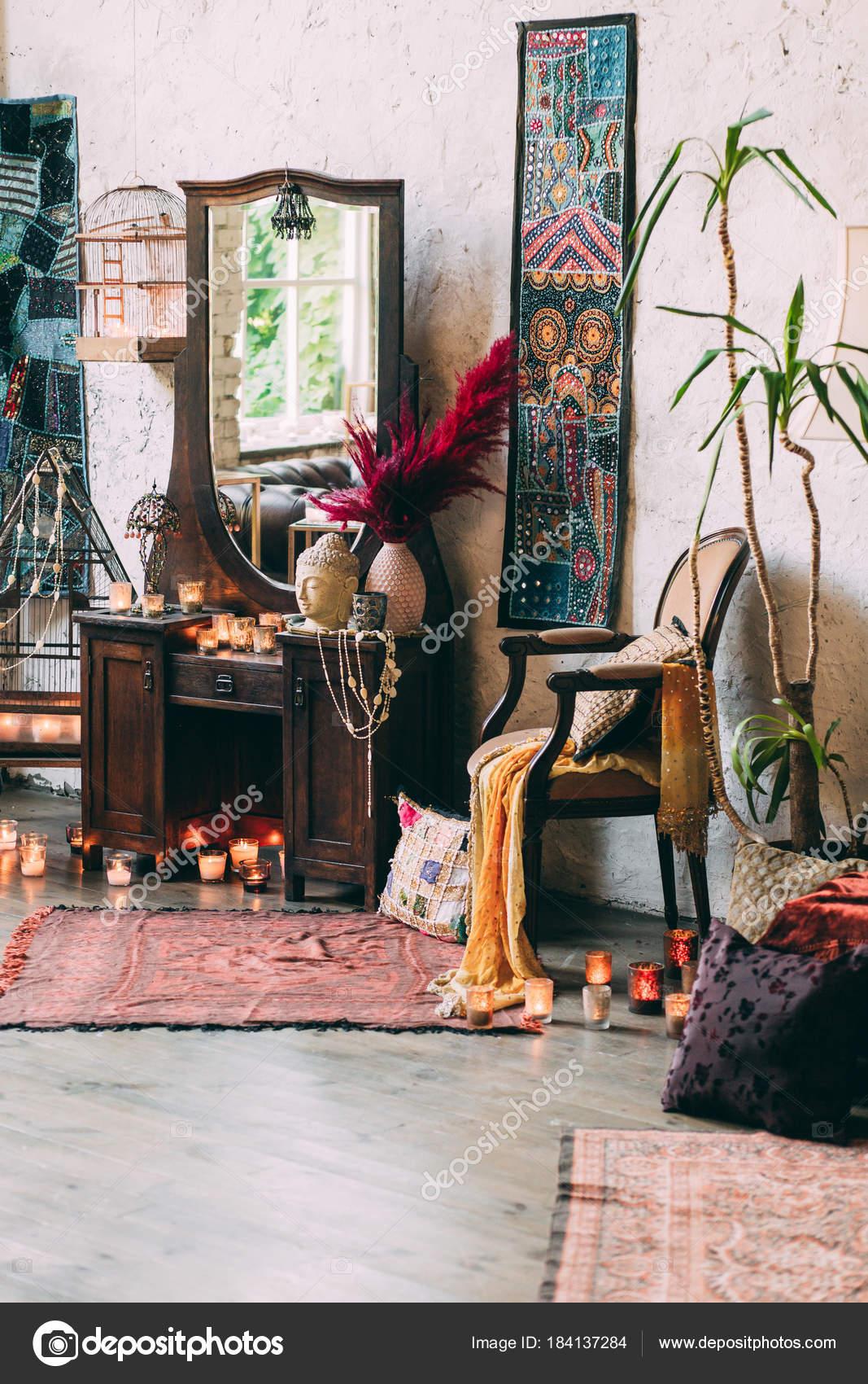 Oude Kaptafel Te Koop.Een Oude Kaptafel Kaarsen Bijouterie Stockfoto C Dimadasha 184137284