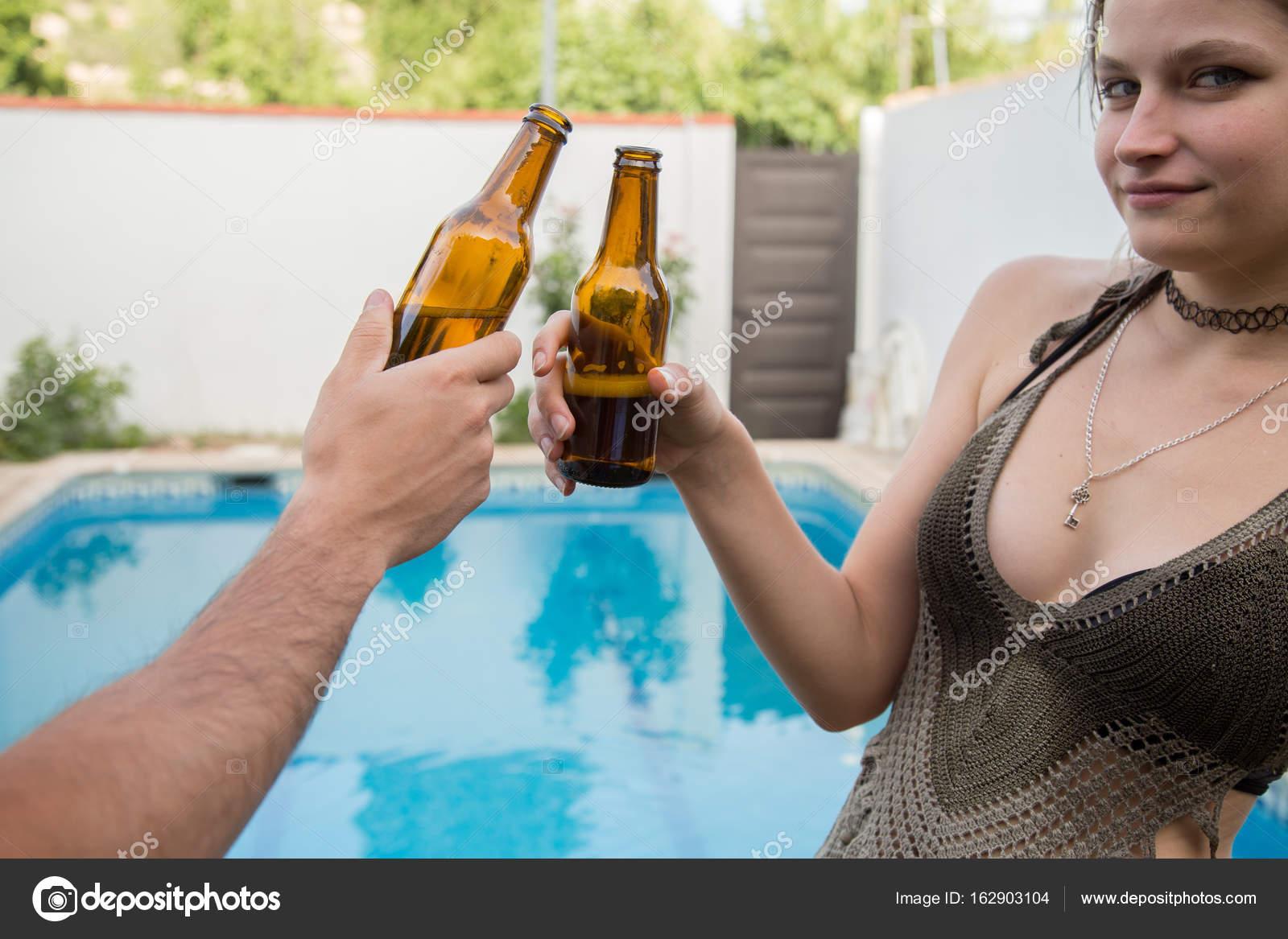 Giovani che incoraggiano e che posa in piscina — Foto Stock ...
