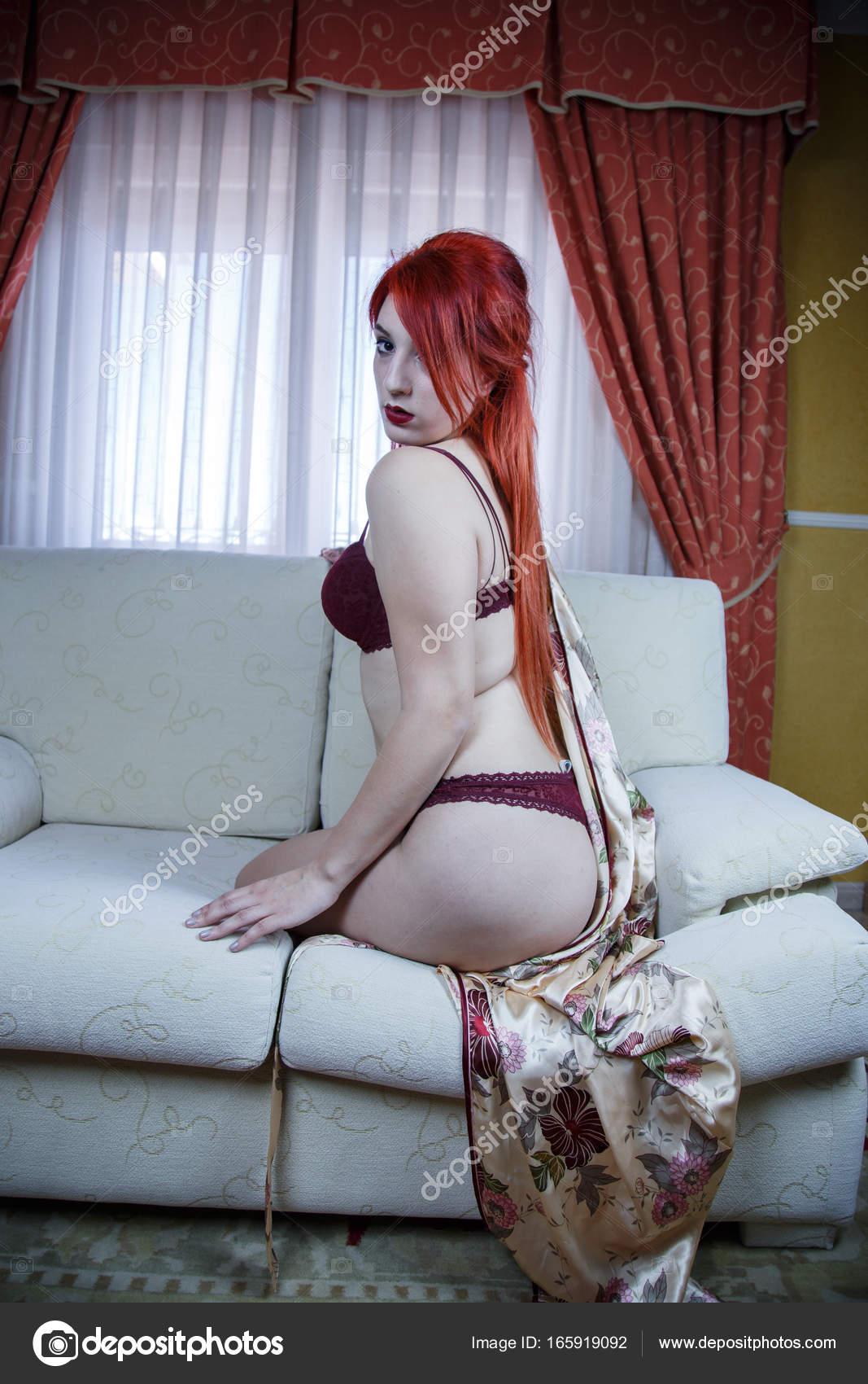 Nackt Im Wohnzimmer | Rote Behaarte Madchen Halb Nackt Wohnzimmer Ihres Hauses Sie Stutzte