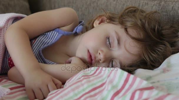 dítě spí v posteli