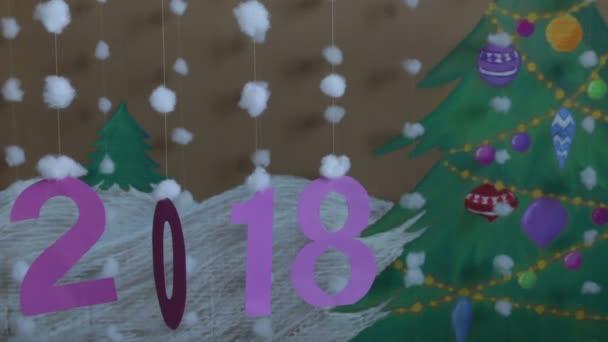 Nový rok 2018. na pozadí malovaný vánoční strom a sněhu
