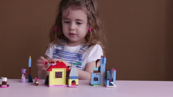 Aranyos vicces óvodás játék-val épület egy tornyot a szobában óvoda építése játék blokkok kislány.