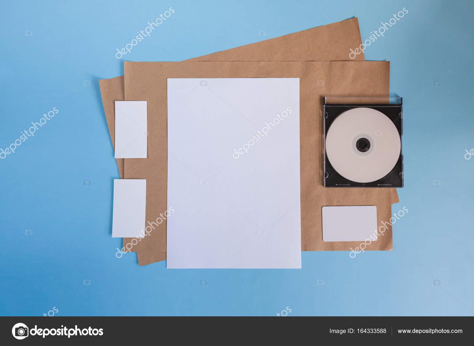 Papier Blanc A4 Et Une Carte De Visite Sur Un Fond Bleu Maquette Brochure Images Stock Libres Droits