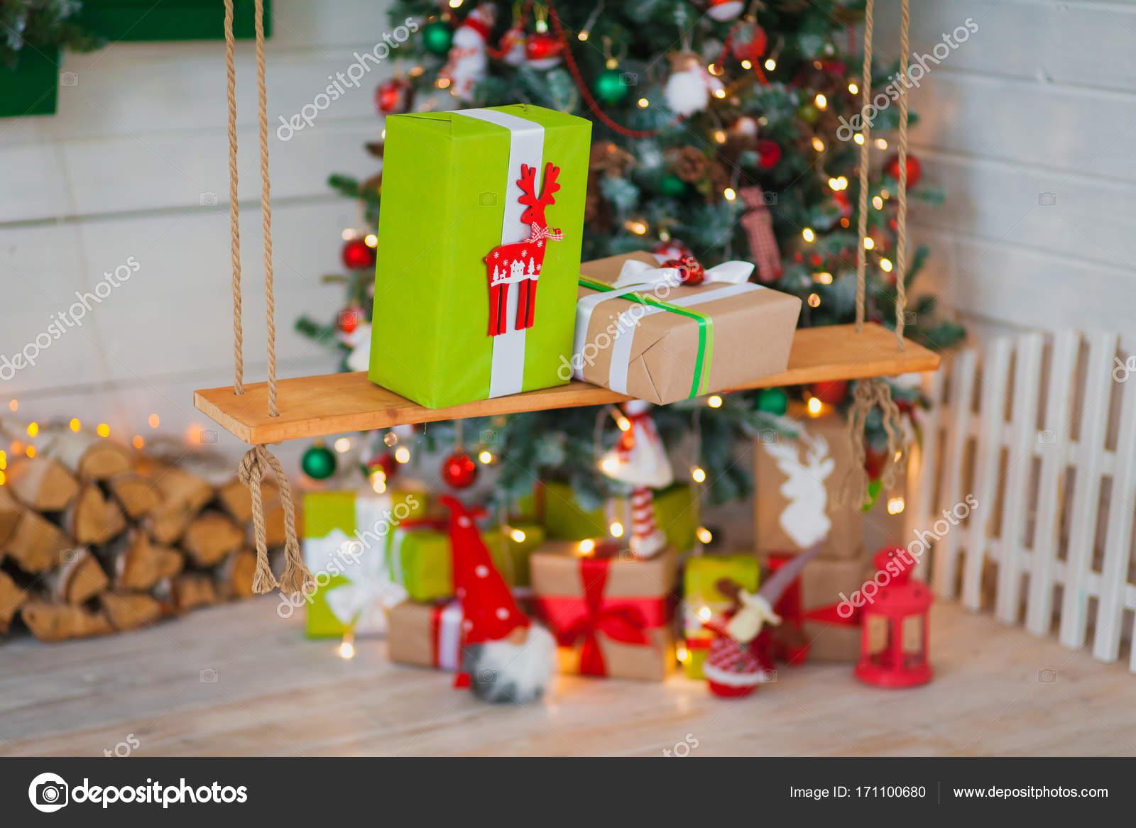 Regali Di Natale Oggettistica.Regali Di Natale Sullo Sfondo Di Alberi Foto Stock