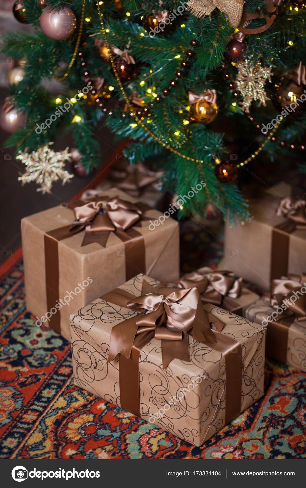 Regali Di Natale Oggettistica.Scatole Marroni Con I Regali Di Natale Sullo Sfondo Di Un