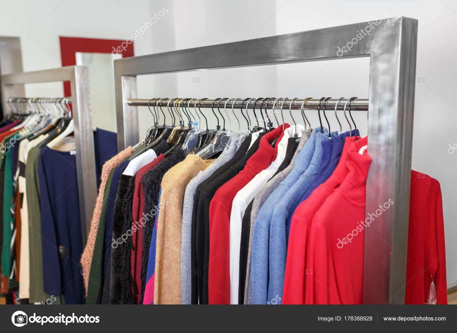 4a561c68ea3a Κρεμάστρα ρούχων με πολύχρωμα ένδυμα στο κατάστημα. Ρούχα που κρέμονται στη  σχάρα σε μπουτίκ μόδας. Ψώνια έννοια — Εικόνα από ...