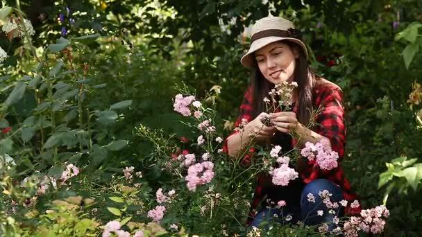 Kertész lány tisztítás virágok metszőollók