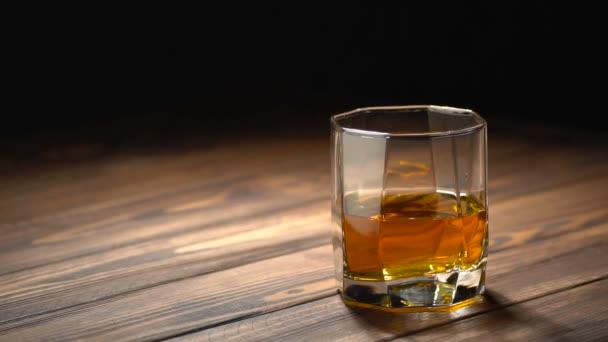 jégkocka alá üveg whiskey