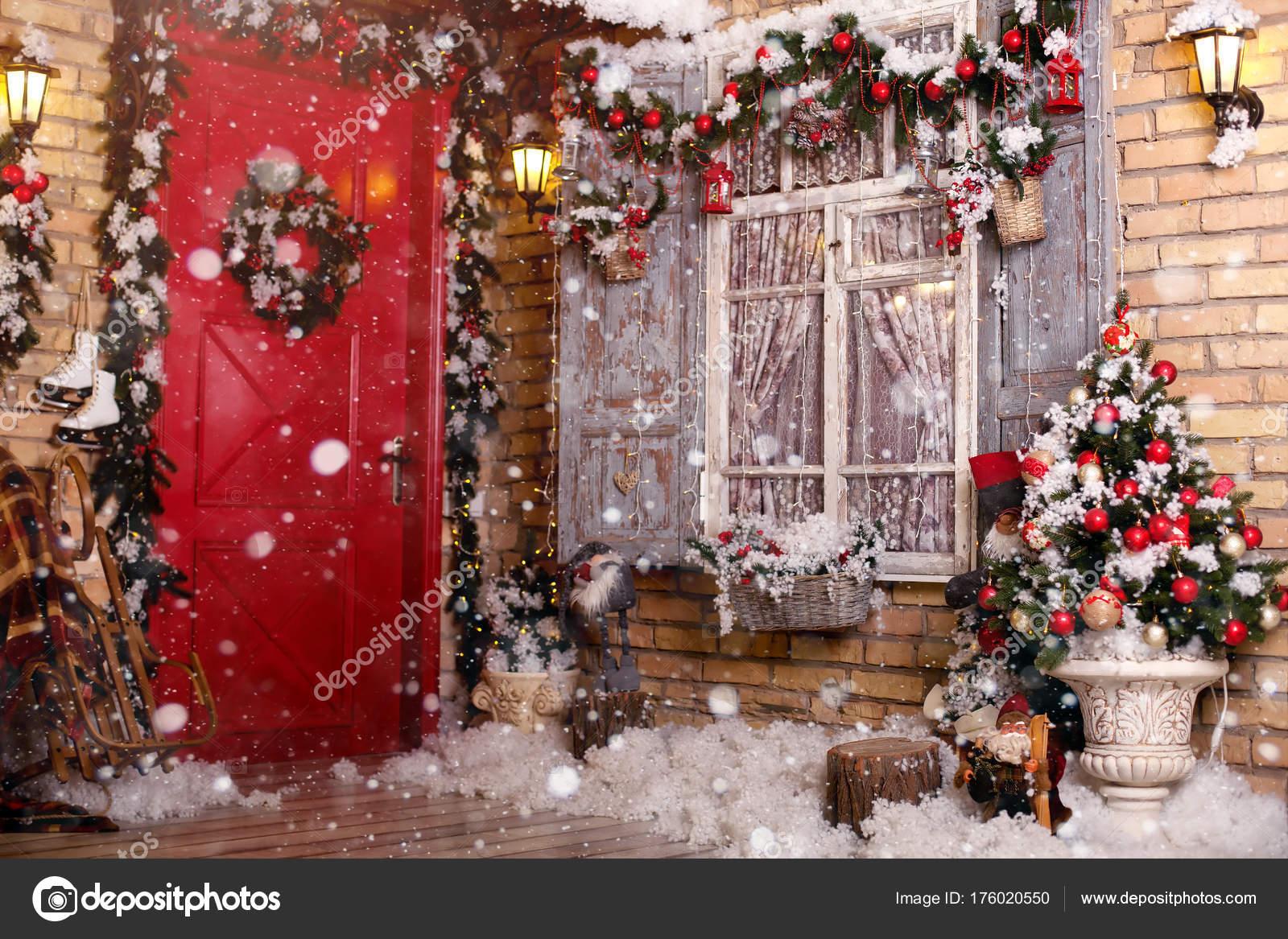 Ventana decorada con guirnalda decoraci n de navidad en for Puertas decoradas con guirnaldas