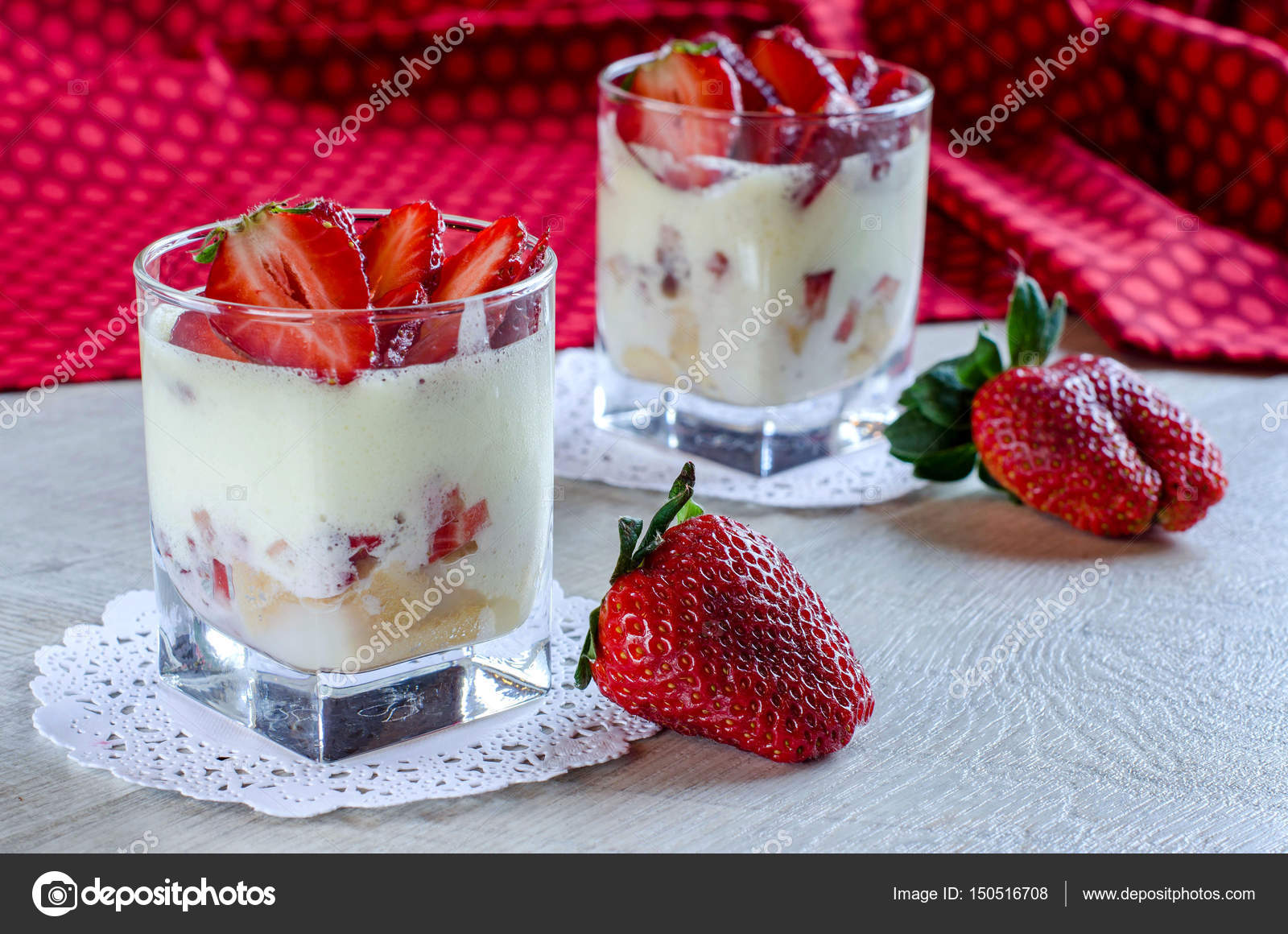 dessert im glas tassen mit erdbeeren stockfoto. Black Bedroom Furniture Sets. Home Design Ideas