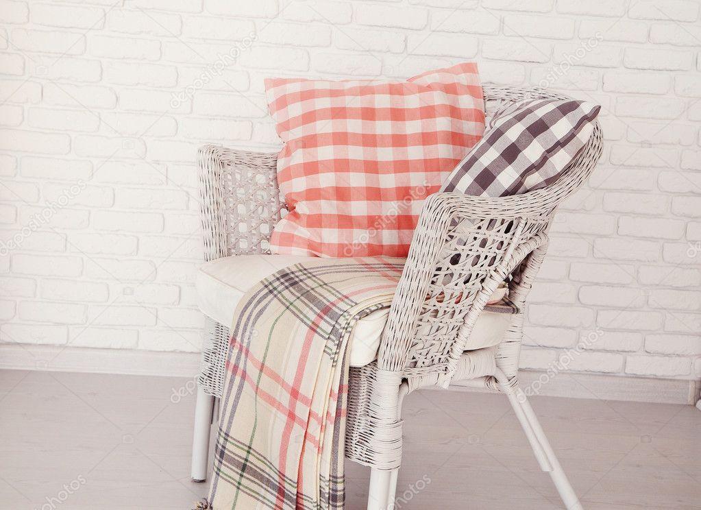 Stoel Rotan Wit : Witte rieten stoel staande in een lege ruimte voor een baksteen