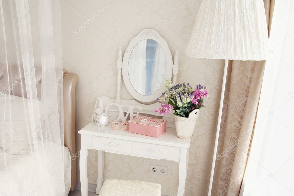 Toilettafel Met Spiegel.Meisje Toilettafel Met Spiegel En Decoratie Stockfoto C Ribalka