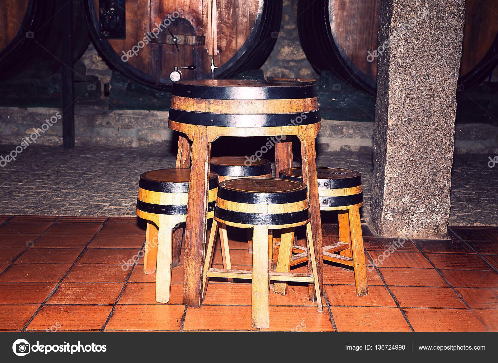 Stock Di Sedie Usate.Vecchi Barilotti Di Legno Usati Come Tavoli E Sedie Foto