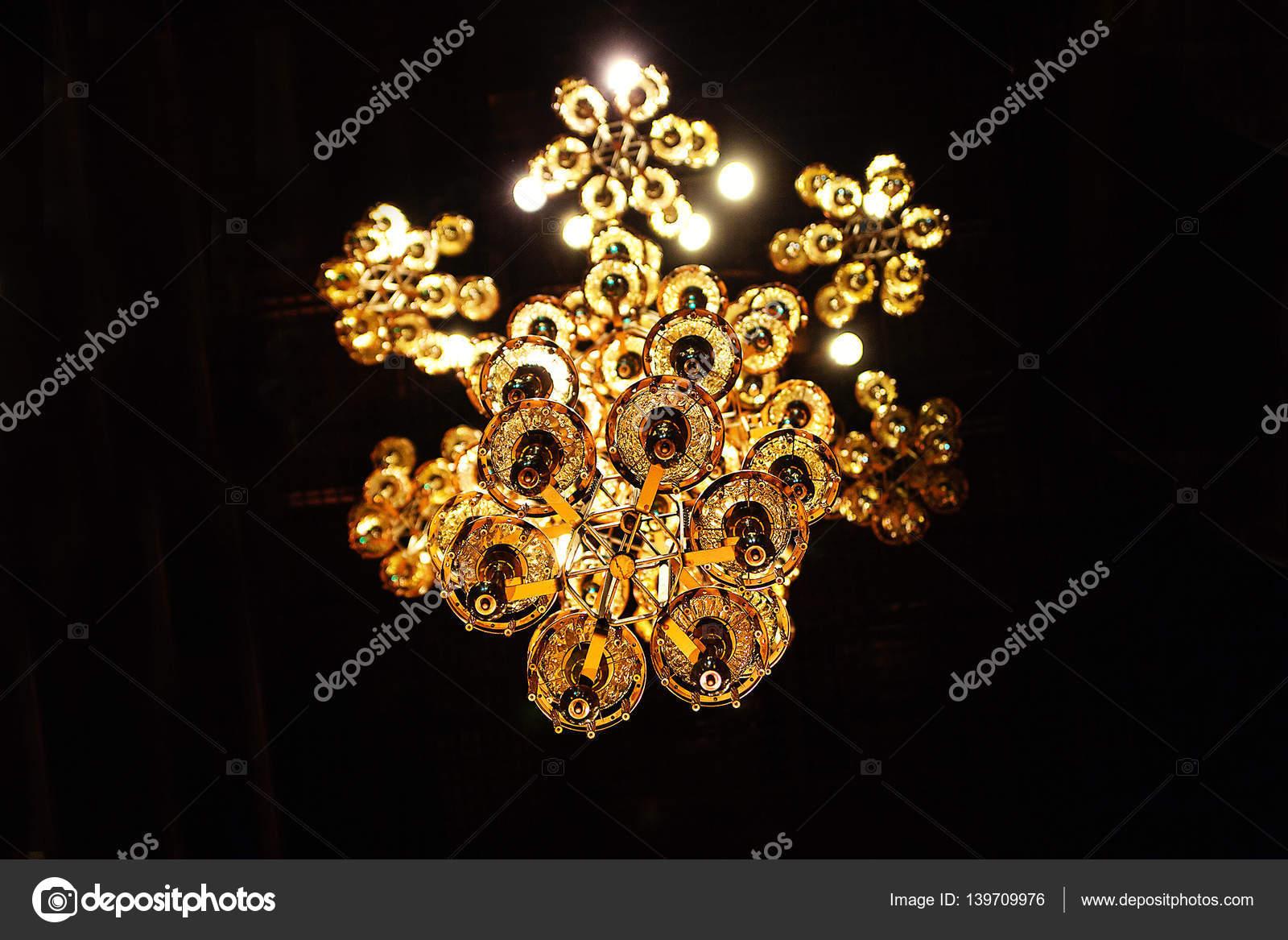 Moderne Kronleuchter Gold ~ Schicke moderne kronleuchter goldene u stockfoto ribalka