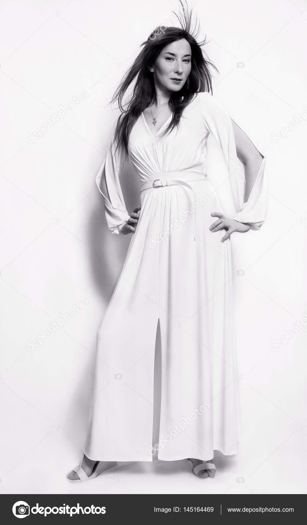 official photos 7f56b 08624 Foto in bianco e nero. moda bella ragazza in abito lungo ...