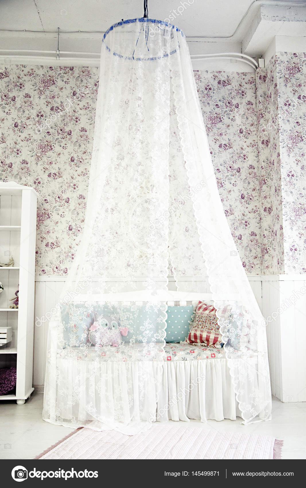 Kinderzimmer Mit Einem Bett Und Einem Baldachin Stockfoto