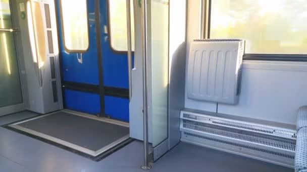 im Zug neben dem Fenster gibt es zwei Stühle und Tür — Stockvideo ...