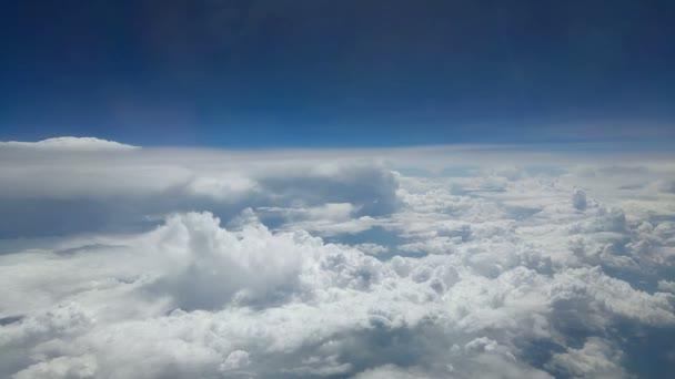 Letecký pohled na modré oblohy a Cloud Top pohled z okna letadla