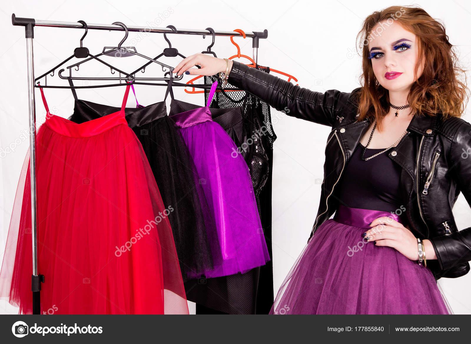 5ffe68edf611 Foto di una ragazza nello stile del rock sceglie i vestiti tra le gonne di  tulle — Foto di ...