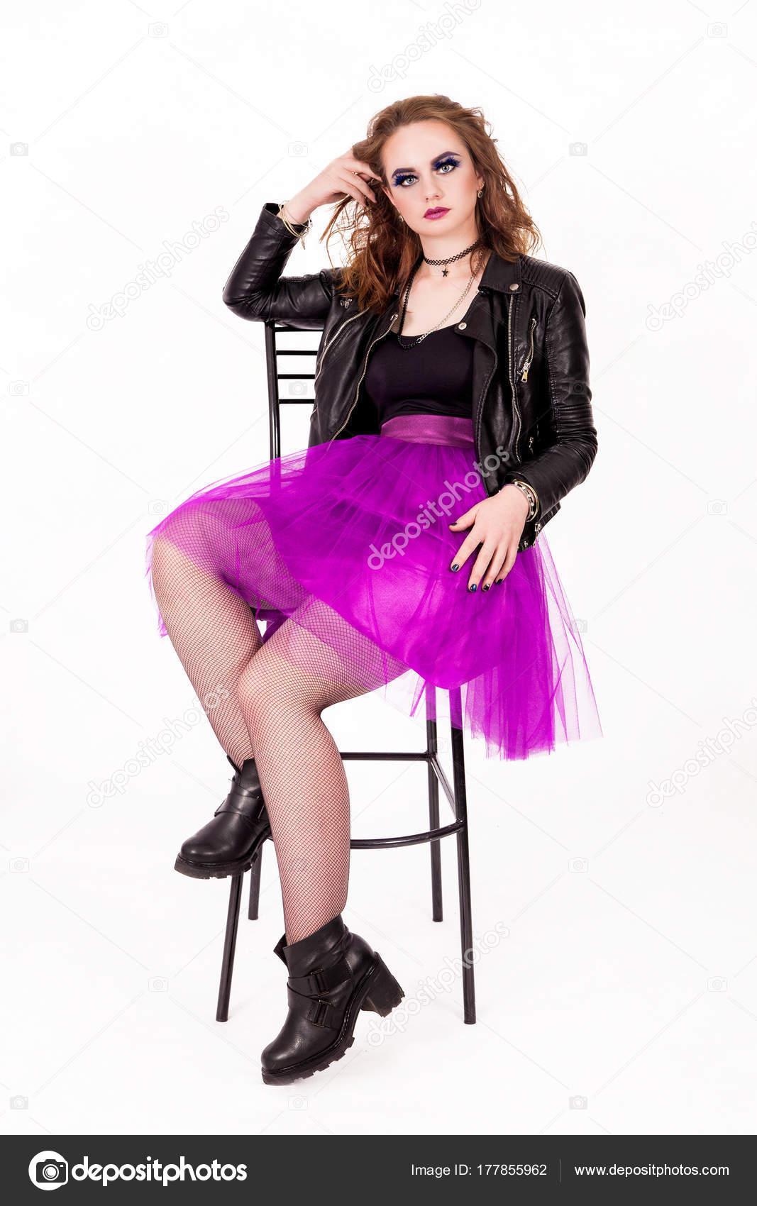 174e60958901 Foto di ragazza alla moda in una gonna in Taffetà e giacca di pelle — Foto  di ...