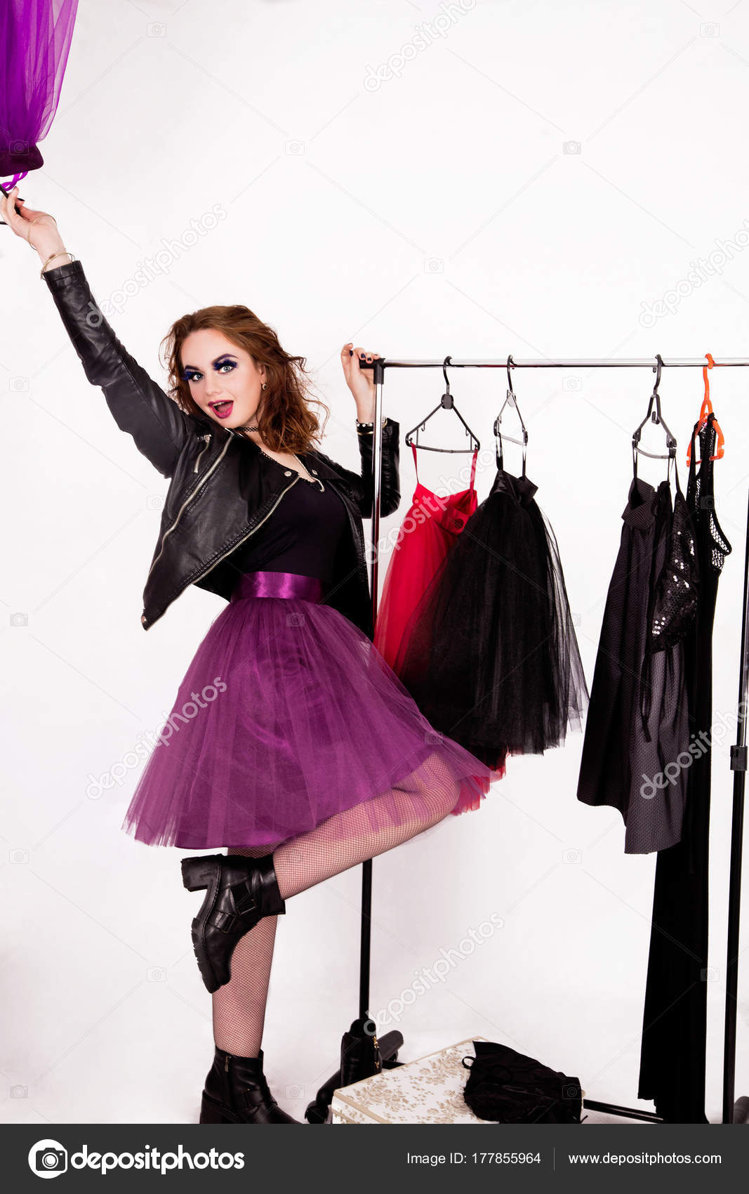 più recente 1614e 587c1 Una ragazza felice nello stile del rock sceglie i vestiti ...