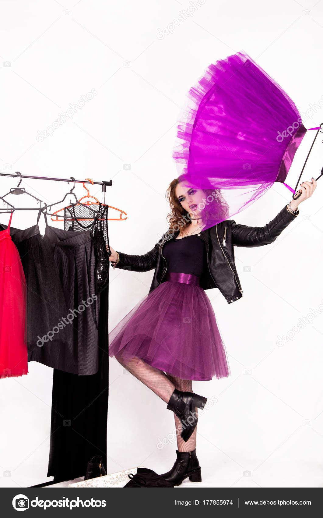 c4ad06688fc4 Foto di una ragazza felice nello stile del rock sceglie i vestiti tra le gonne  di tulle — Foto di ...