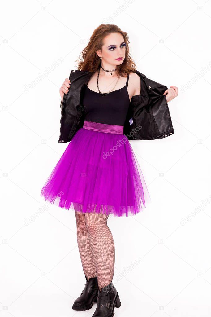 b267ebe257e4 Ragazza alla moda in una gonna in Taffetà e giacca di pelle — Foto Stock ©  Ribalka  177855960