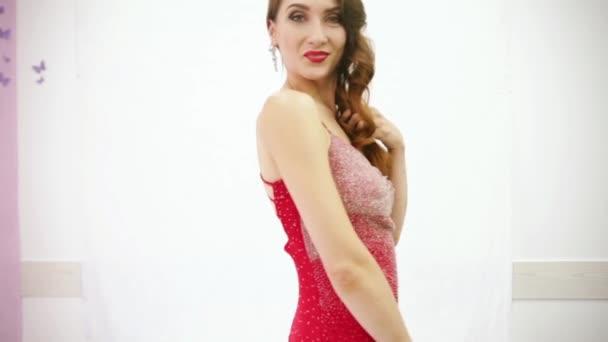 krásná žena ukazuje její šaty a obrázek