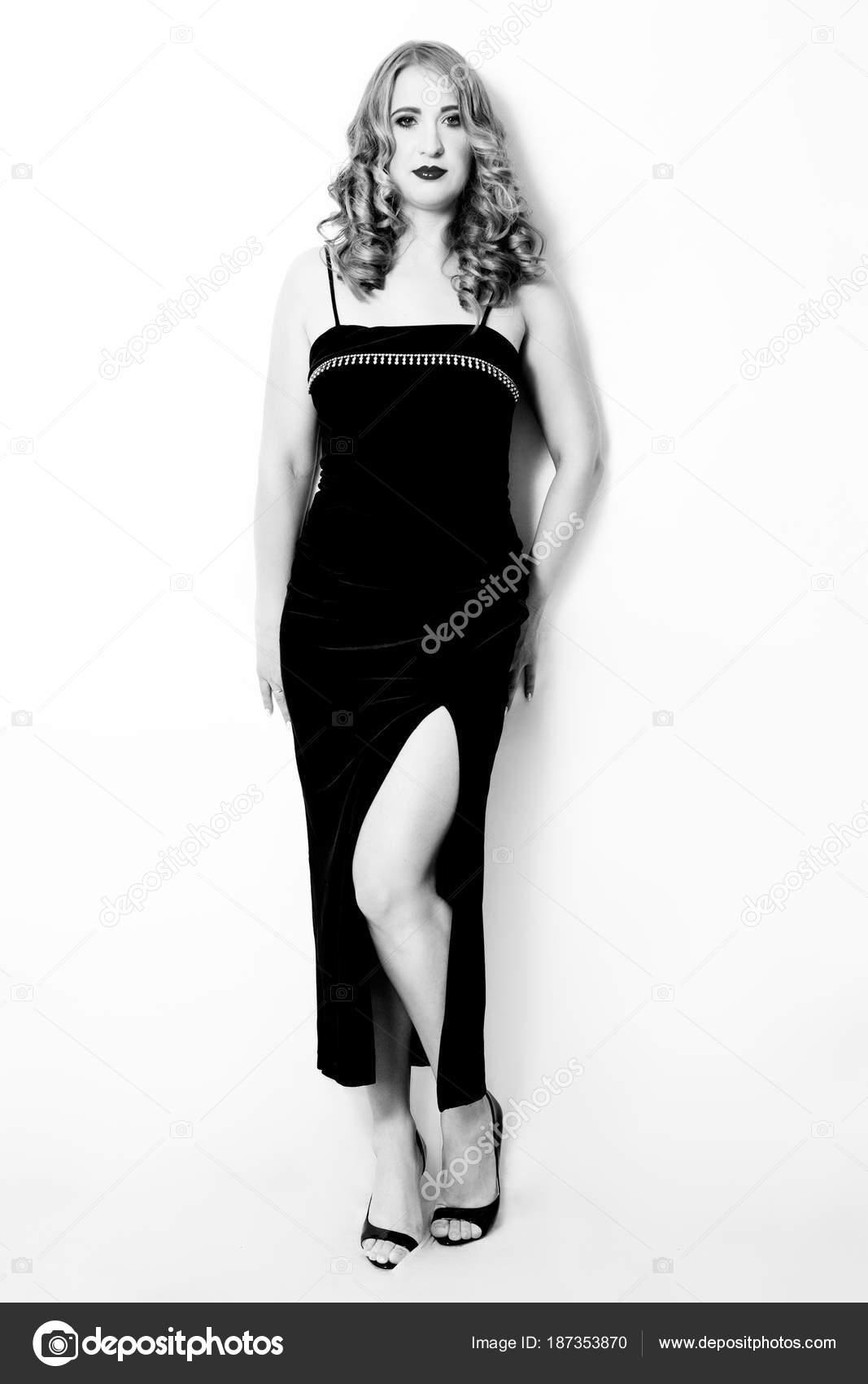 Schöne Mädchen mit Größe plus in einem schwarzen Abendkleid mit ...