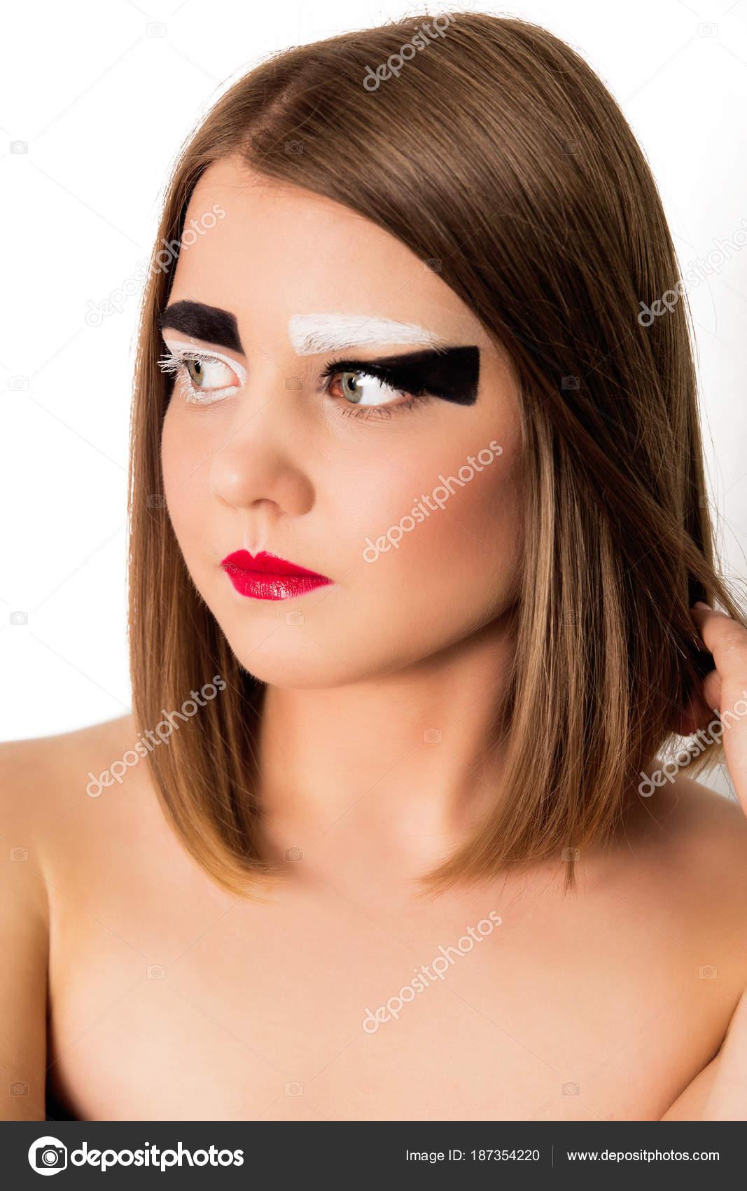 Modelo chica con un corte de pelo corto y cejas blanco y negro — Foto de 2f7a402c6ee1