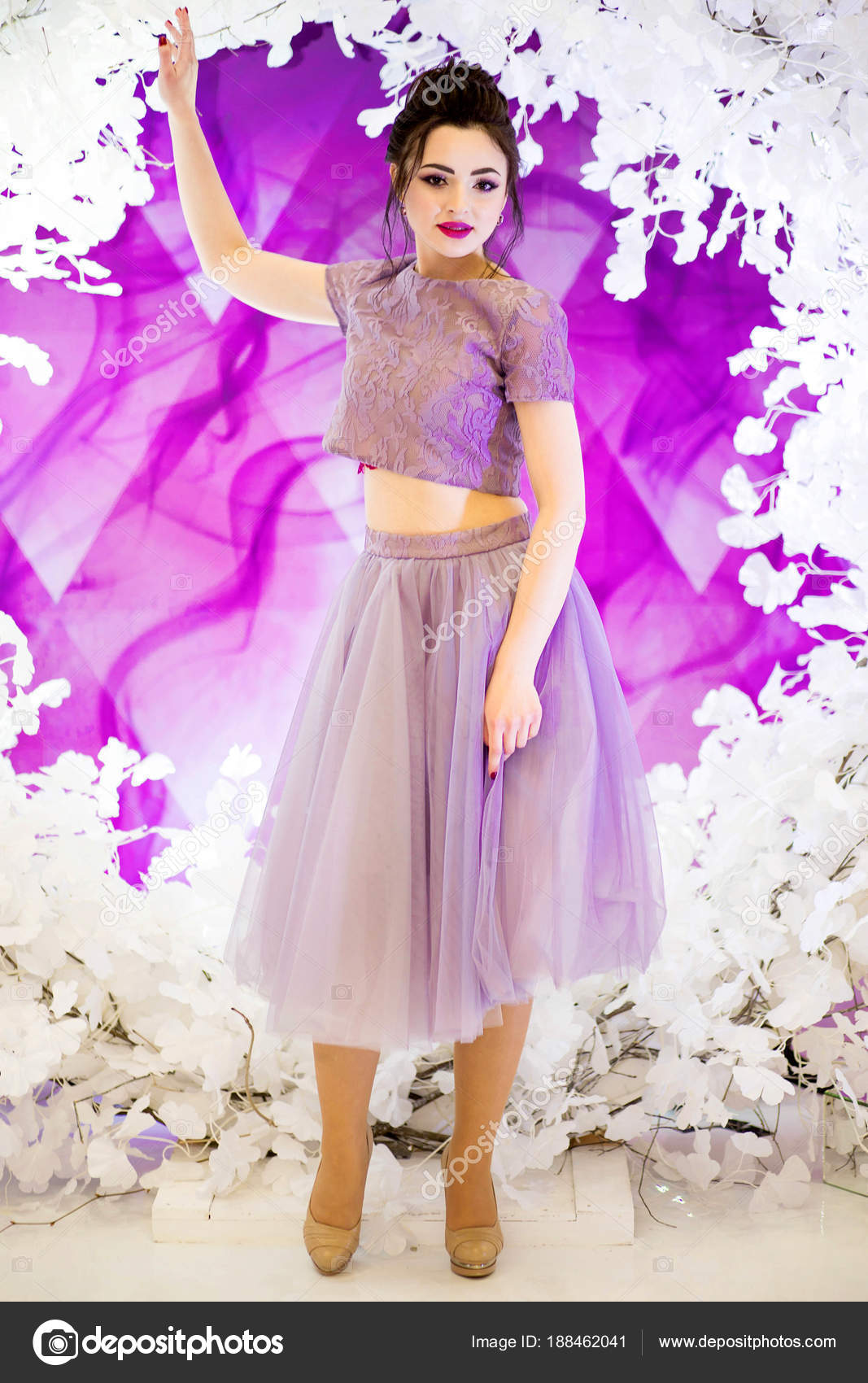Chica hermosa en un vestido morado en la imagen de una dama de honor ...