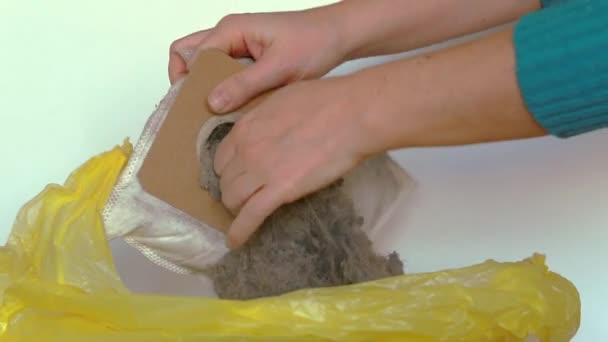 Frauenhände reinigen die Tüte mit einem Staubsauger, entfernen Staub und Schmutz aus der Tüte. Video