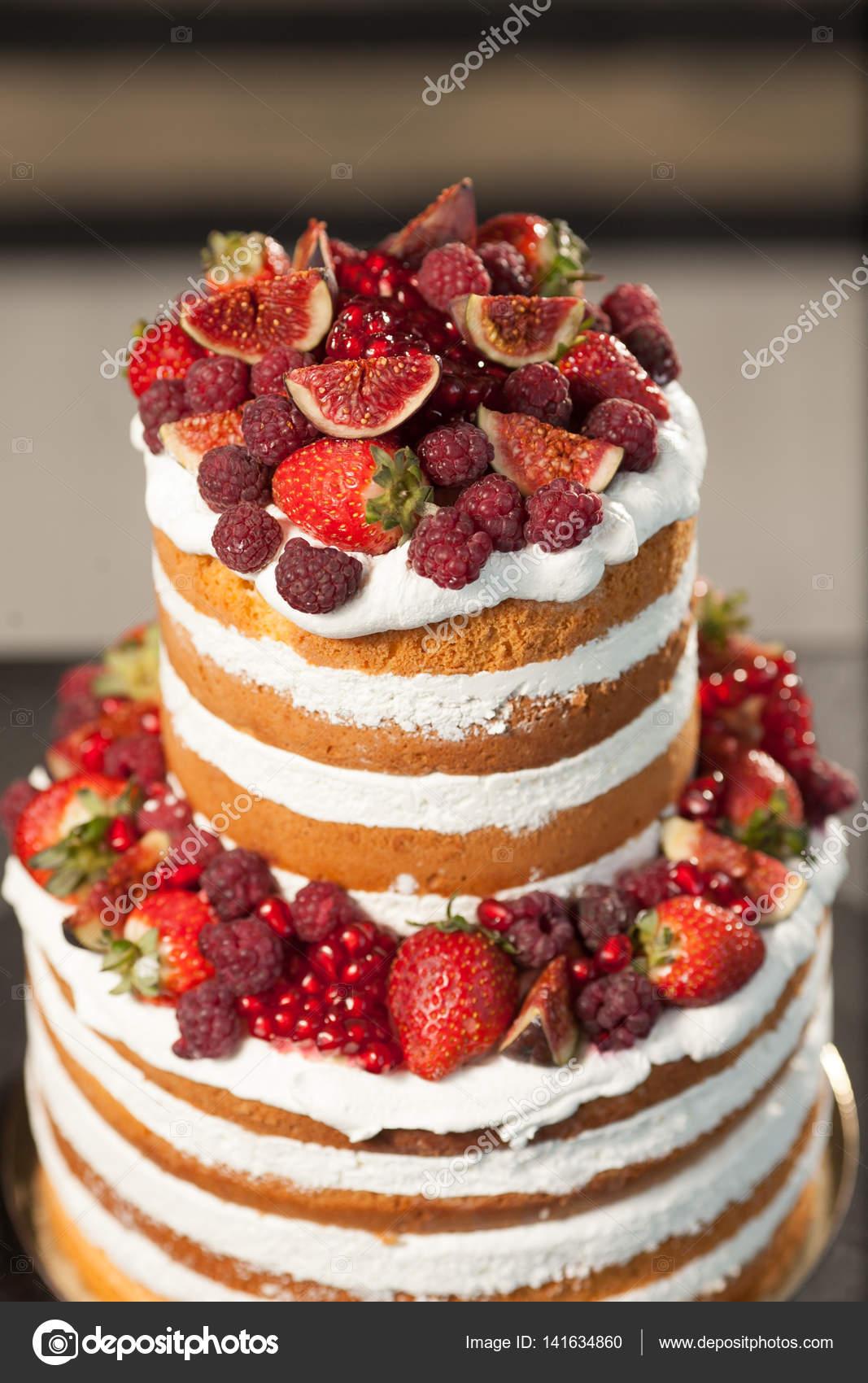 365c2585c358 Nakna kakan på den svarta bakgrunden. Tårta med färska bär och vit grädde —  Stockfoto