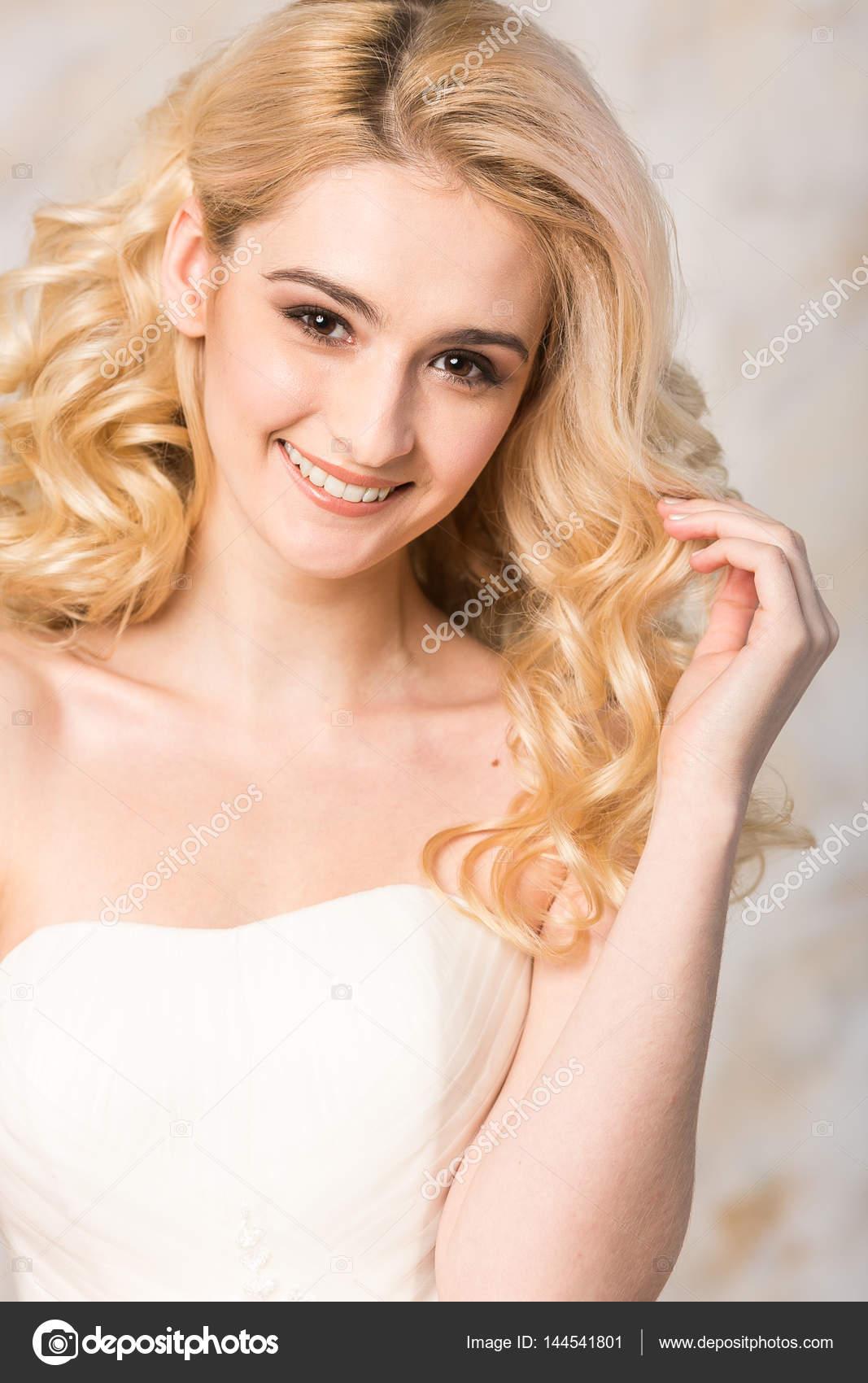 Portrat Der Wunderschone Lachelnde Blonde Braut Mit Schonen Lockiges
